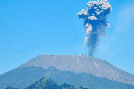 Eruption du volcan Slamet à Java