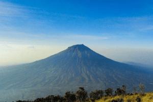 Vue sur le volcan Sumbing à Java