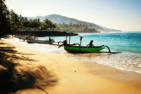 Bateaux traditionnels sur la plage de Ujung Genteng à Java