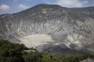 Le cratère du volcan tangkuban à Java