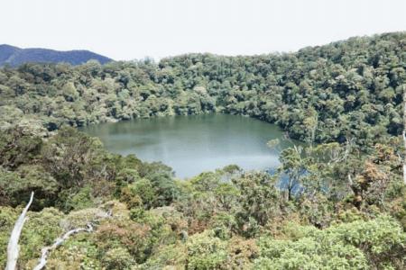 Le cratère du volcan Bukit Daun sur l'ile de Sumatra
