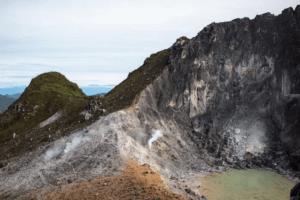 Le cratère du volcan Sibayak à Sumatra