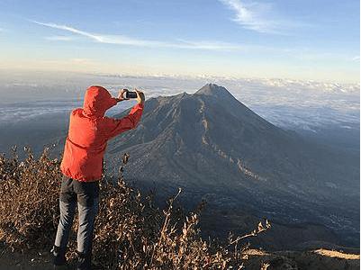 Photographe en haut d'une montagne