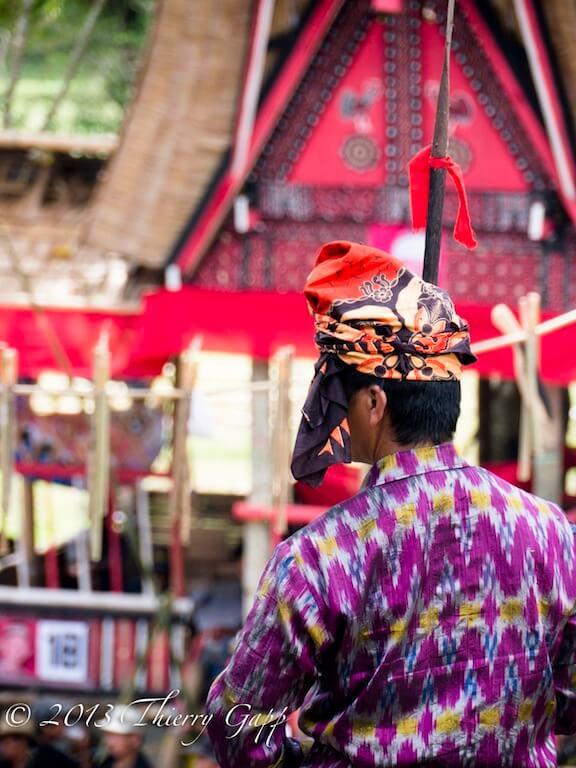 Homme portant une tenue traditionnelle