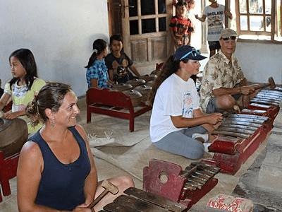 Touristes jouant d'un instrument de musique
