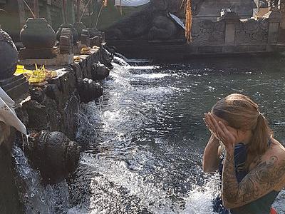 une femme se purifiant dans les bassins sacrées